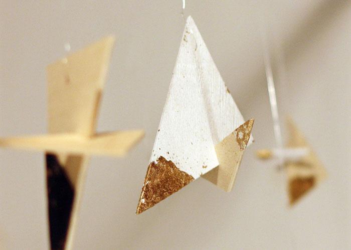 TWINKLES_decoraciones_colgantes_madera_con-_acabados_oro_piel.-