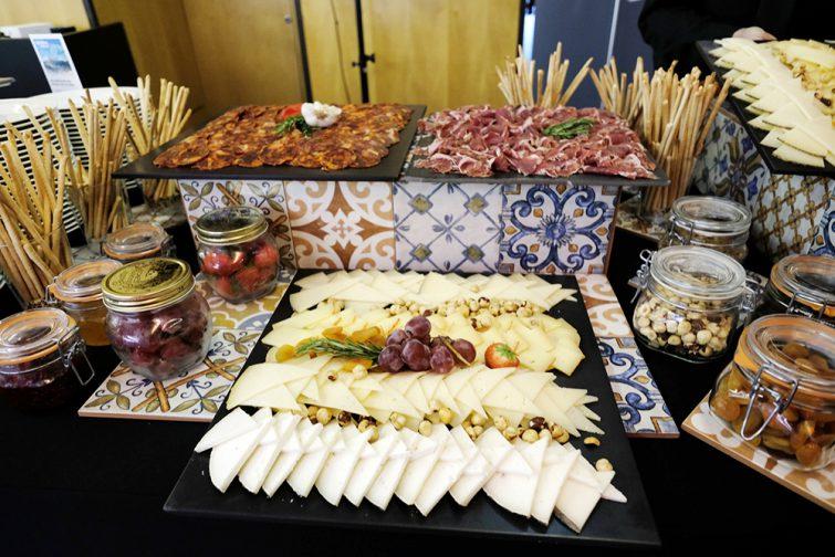 momentumbarcelona16-welcome-party-fiesta-tiles-geometric-palau-congressos-catalunya-foodandvent-installation-design