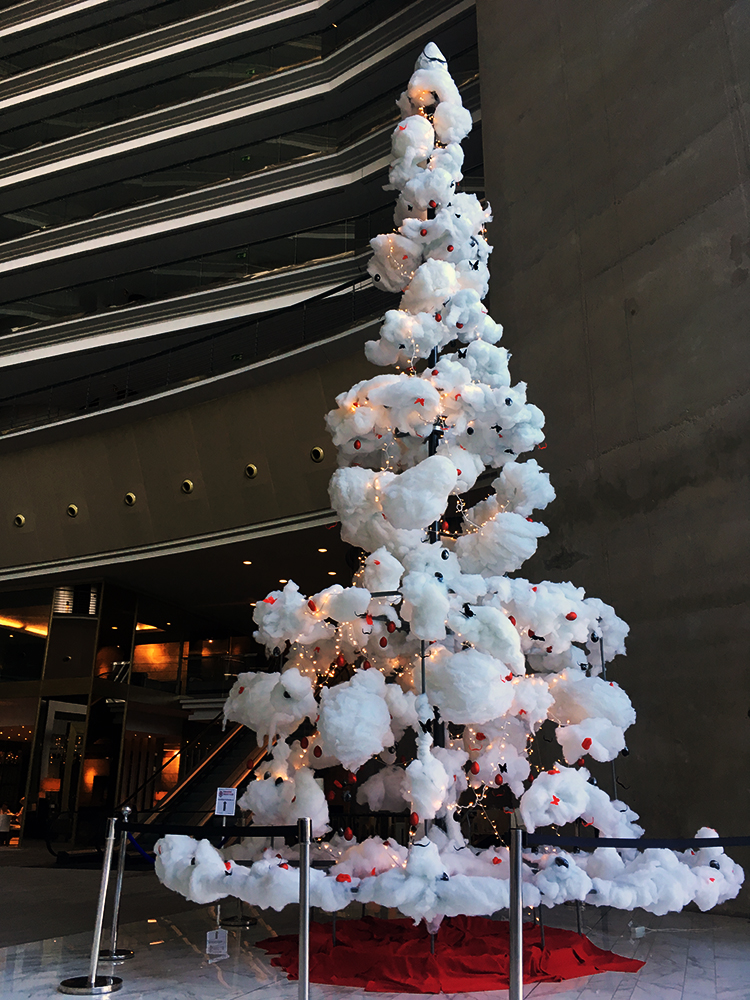 surrealistic-christmas-tree-decor-dali-fairmont-by-foodandevent.